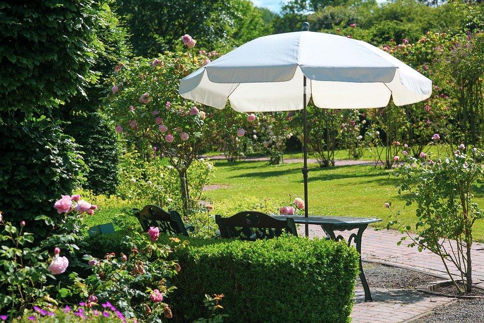 Comment choisir un parasol déporté pour son jardin?